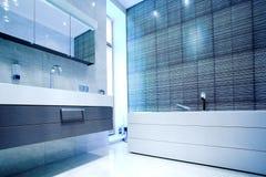 Cuarto de baño con el espejo y la cacerola Fotos de archivo
