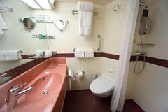 Cuarto de baño con el fregadero y espejo en nave imágenes de archivo libres de regalías