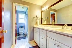 Cuarto de baño con el gabinete blanco y el área del retrete. imágenes de archivo libres de regalías