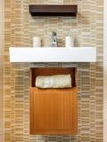 Cuarto de baño con el lavado y los accesorios de la mano Fotografía de archivo