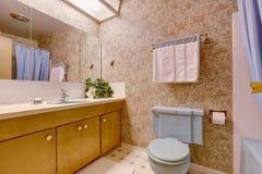 Cuarto de baño con el papel pintado marrón claro Foto de archivo libre de regalías