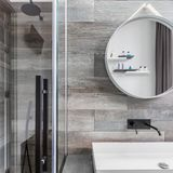 Cuarto de baño con el paseo en ducha fotografía de archivo libre de regalías