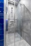 Cuarto de baño con el paseo en idea de la ducha fotos de archivo libres de regalías