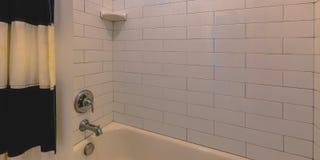 Cuarto de baño con la bañera y la pared tejada blanca foto de archivo libre de regalías