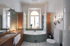 Cuarto de baño con la chimenea imagen de archivo libre de regalías