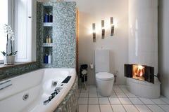 Cuarto de baño con la chimenea foto de archivo