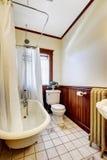 Cuarto de baño con la cortina envuelta blanca de la tina de baño Imagen de archivo