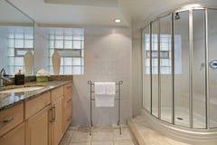 Cuarto de baño con la ducha de cristal Imágenes de archivo libres de regalías