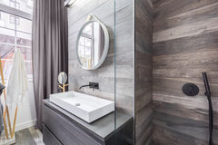 Cuarto de baño con la ducha y el lavabo imagen de archivo