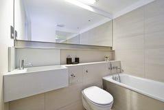 Cuarto de baño con la esquina de la ducha fotos de archivo libres de regalías