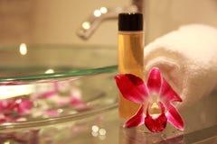 Cuarto de baño con la orquídea Fotografía de archivo