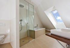 Cuarto de baño con la ventana de la tapa de la azotea Imagen de archivo libre de regalías