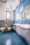 Cuarto de baño con las tejas y los espejos azules fotos de archivo libres de regalías