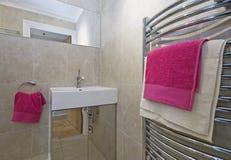 Cuarto de baño con las toallas rosadas Foto de archivo libre de regalías