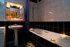 Cuarto de baño con las velas foto de archivo