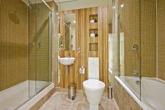 Cuarto de baño con los azulejos de mármol del suelo y de mosaico Imagen de archivo libre de regalías