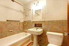Cuarto de baño con los viejos accesorios antiguos y la tina blanca. Imagen de archivo libre de regalías