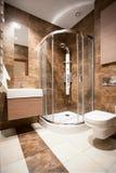Cuarto de baño con una ducha fotos de archivo libres de regalías