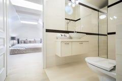 Cuarto de baño conectado con el dormitorio Fotos de archivo libres de regalías