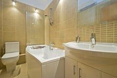 Cuarto de baño contemporáneo de la habitación del en Fotografía de archivo libre de regalías