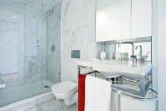 Cuarto de baño de la en-habitación del diseñador con la cabina de la ducha Foto de archivo