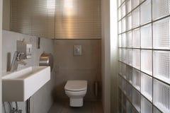 Cuarto de baño de lujo blanco moderno Imágenes de archivo libres de regalías