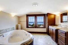 Cuarto de baño de lujo con la opinión de la bahía Foto de archivo libre de regalías