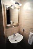 Cuarto de baño de lujo interior en el hotel Fotos de archivo