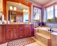 Cuarto de baño de lujo. Interior tropical del tema Fotos de archivo libres de regalías