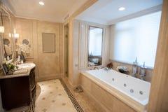 Cuarto de baño de mármol amarillo claro Foto de archivo libre de regalías