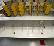Cuarto de baño de una guardería con los pequeños retretes y el fregadero de cerámica Fotografía de archivo