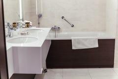 Cuarto de baño del diseñador con el embaldosado de la ducha fotografía de archivo libre de regalías