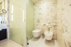 Cuarto de baño del diseñador con el embaldosado de la ducha fotos de archivo libres de regalías