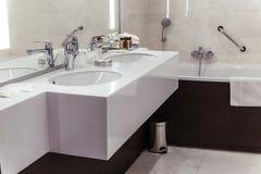 Cuarto de baño del diseñador con el embaldosado de la ducha fotografía de archivo