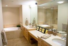 Cuarto de baño del diseñador con una tina moderna Imagen de archivo libre de regalías