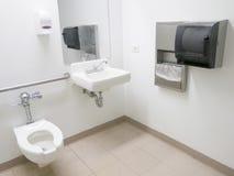 Cuarto de baño del hospital Imágenes de archivo libres de regalías