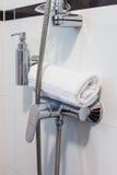 Cuarto de baño del hotel en los tonos blancos Foto de archivo libre de regalías