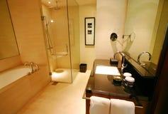 Cuarto de baño del nuevo hotel de lujo fotografía de archivo libre de regalías