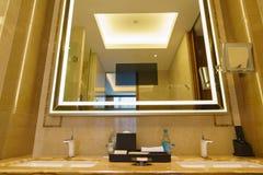 Cuarto de baño del nuevo hotel de lujo imagen de archivo