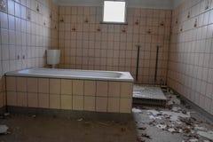 Cuarto de baño destruido viejo imagenes de archivo