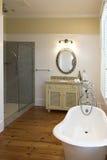 Cuarto de baño elegante con la tina del clawfoot Foto de archivo libre de regalías