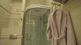Cuarto de baño en apartamentos almacen de metraje de vídeo