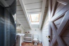 cuarto de baño en casa de la cabaña imagen de archivo libre de regalías