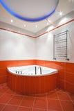 Cuarto de baño en colores anaranjados y blancos Fotografía de archivo libre de regalías
