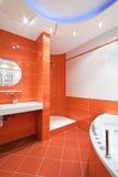 Cuarto de baño en colores anaranjados y blancos Foto de archivo