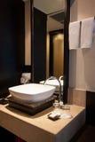 Cuarto de baño en dormitorio Interior moderno del cuarto de baño de la casa Fotos de archivo