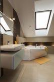 Cuarto de baño en el ático fotos de archivo