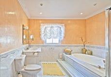 Cuarto de baño en el chalet Foto de archivo