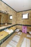 Cuarto de baño en el chalet moderno Fotografía de archivo libre de regalías