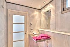 Cuarto de baño en el chalet moderno Imagenes de archivo